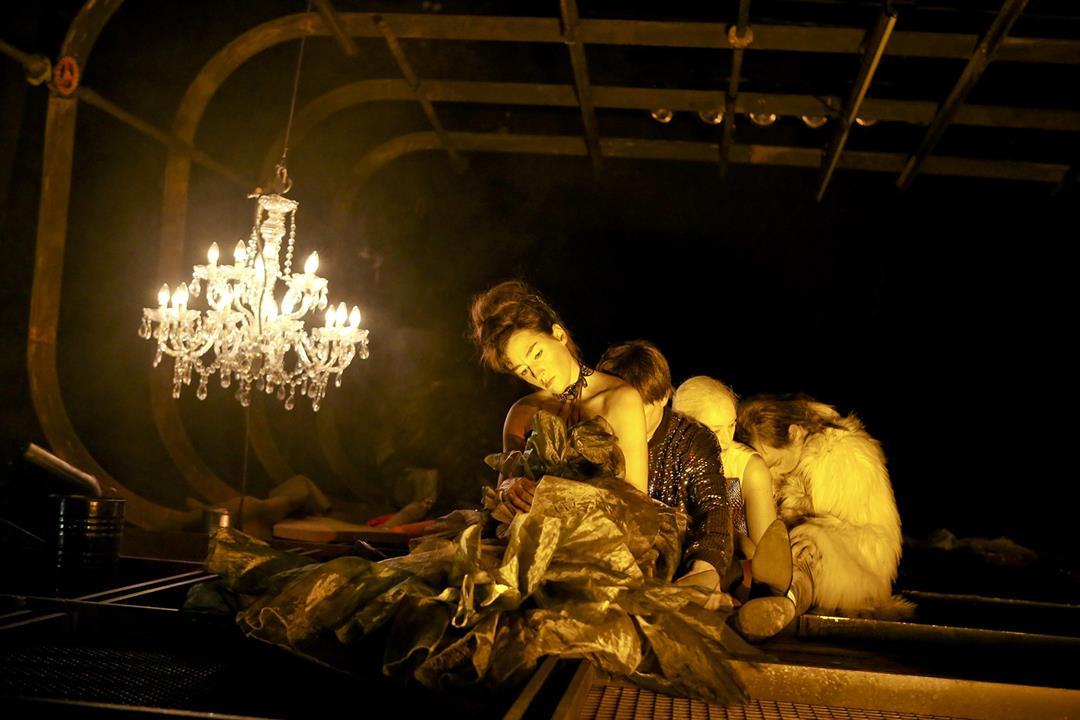 Constanze Becker, Till Weinheimer, Verena Bukal, Vincent Glander in Felicia Zeller's Directed by Regie: Johanna Wehner. Foto credit Birgit Hupfeld