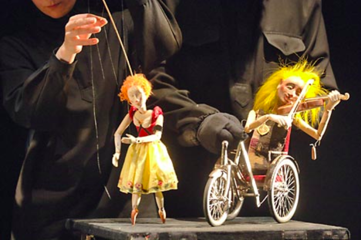 Gabriadze's Puppet Theatre Showed Love And Death In Moscow
