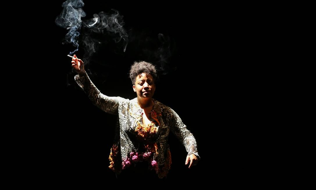 Grace Passô in Vaga carne. Photo: Kelly Knevels.