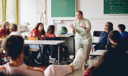 Experimental Forms and Performative Research: When the Classroom Learns to Fly